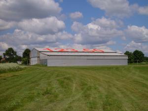 Flugzeughallen, unten die Motorflugzeughalle und links die Segelflughalle