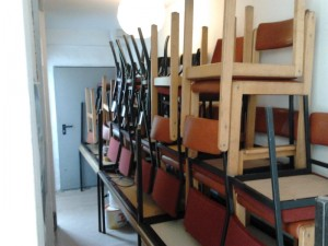 Etliche Stühle mussten der Saalreinigung vorerst weichen.