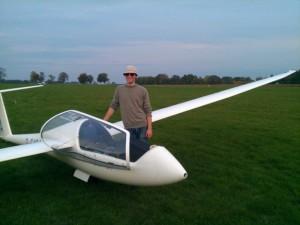 Posieren nach dem Erfliegen eines neuem Flugzeugtyps