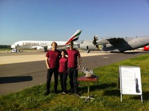 Eric, Troschel und Anwärter posierend bei der ILA mit unserem B14 Klabtriebswerk-Motor