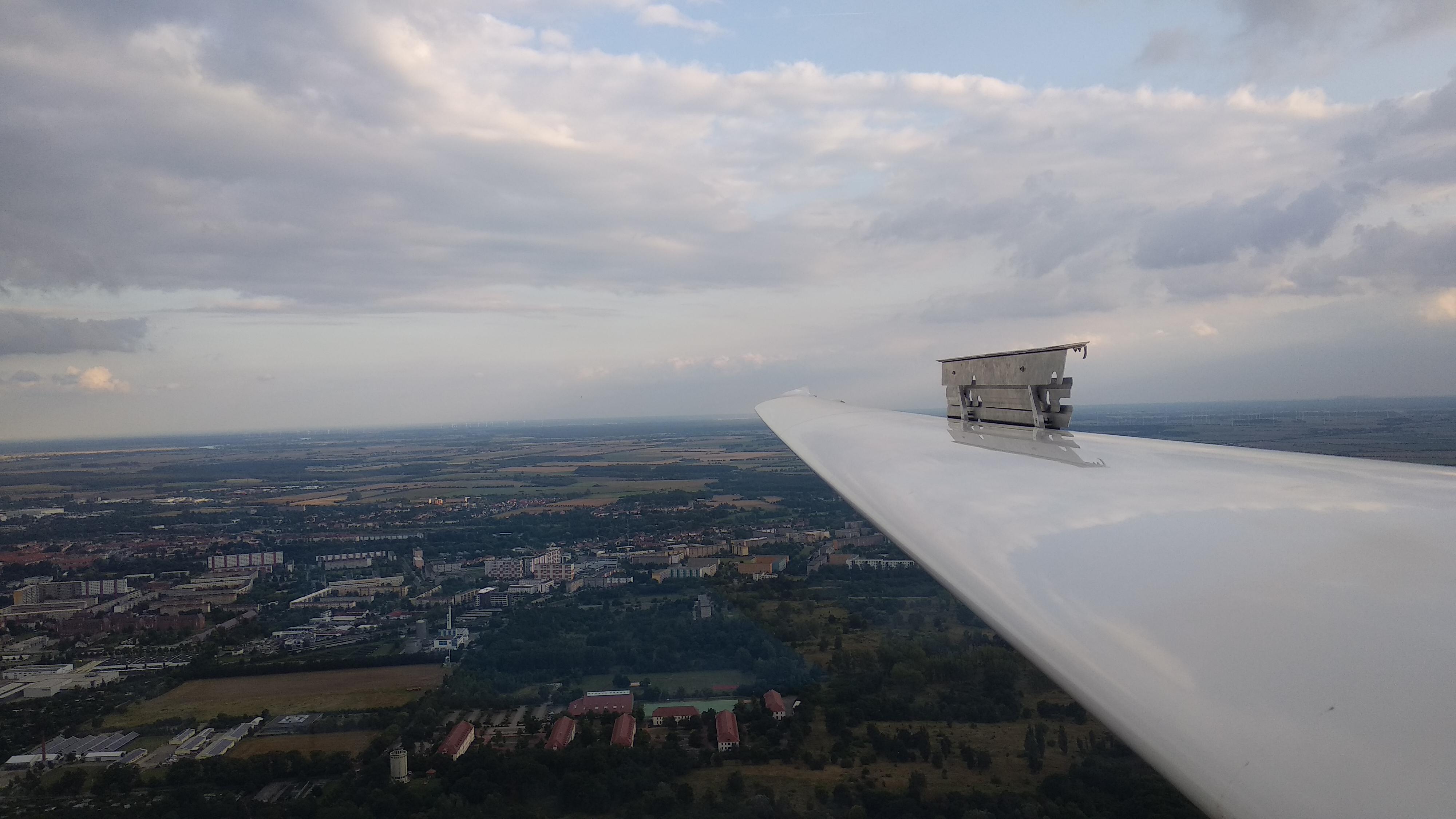 Die ausgefahrenen Bremsklappen im Flug